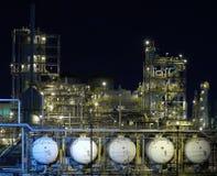 Vijf olietanks bij nacht Stock Fotografie