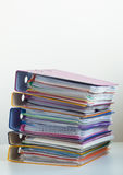 Vijf omslagen met documenten die in een stapel op de lijst worden gestapeld Stock Foto's