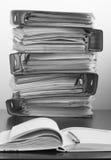 Vijf omslagen met documenten die in een stapel op de lijst worden gestapeld Blac Royalty-vrije Stock Afbeeldingen