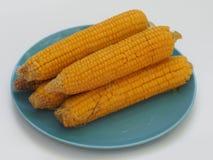 Vijf oren van gekookt graan op een plaat royalty-vrije stock afbeelding