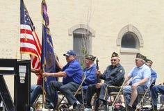 Vijf oudere mensen in een vlotter in een parade in kleine stad Amerika royalty-vrije stock afbeelding