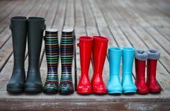 Vijf paren een kleurrijke regenlaarzen stock foto