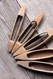 Vijf pendels op een houten lijst 1 Stock Afbeelding