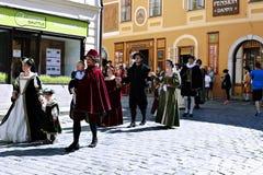 Vijf-petalled Rose Festival op bystreet in Cesky Tsjechische Krumlov, royalty-vrije stock afbeeldingen