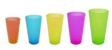 Vijf plastic koppen kleuren gele rode blauwgroen Stock Afbeeldingen