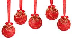 Vijf rode en gouden ballen van Kerstmis Stock Foto's
