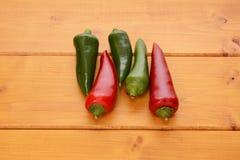 Vijf rode en groene hete chilis Royalty-vrije Stock Foto