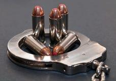 Vijf rode getipte kogels van 44spl binnen van metaalhandcuff stock foto