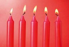 Vijf Rode Kaarsen Stock Afbeelding