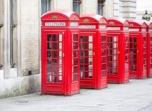 Vijf Rode telefooncellen allen van Londen op een rij Stock Foto's