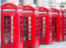 Vijf Rode telefooncellen allen van Londen op een rij Royalty-vrije Stock Fotografie