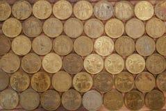 Vijf RSD-dinars worden gesorteerd in het correcte formaat stock fotografie