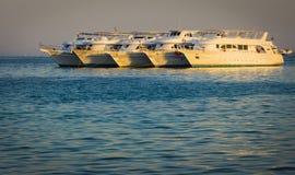 Vijf schepen op het Rode Overzees na de cruise stock afbeelding