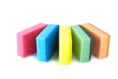Vijf sponsen van verschillende kleuren Stock Afbeelding