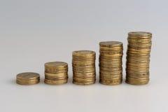 Vijf stapels muntstukken Stock Afbeeldingen