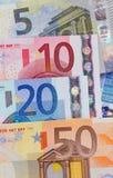 Vijf, tien, twintig vijftig euro nota'saantallen. Stock Foto