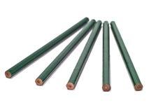 Vijf unsharpened groene potloden Stock Fotografie