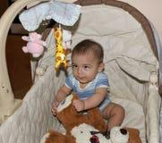 Vijf van de babymaanden oud jongen in de wieg Stock Afbeeldingen