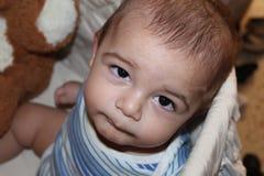Vijf van de babymaanden oud jongen in de wieg Stock Foto