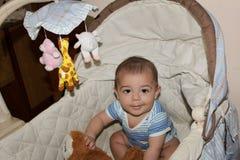 Vijf van de babymaanden oud jongen in de wieg Stock Fotografie