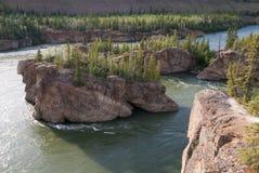 Vijf Vingerstroomversnelling op Yukon-rivier Stock Afbeelding