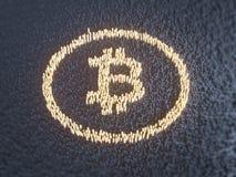Vijf Virtuele Muntstukken Bitcoins op Gedrukte Kringsraad 3D Illustratie Stock Afbeelding