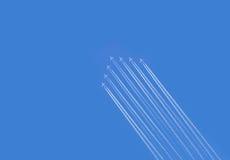 Vijf vliegtuigenvorming contrail Stock Foto's