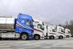 Vijf Volvo-Vrachtwagensopstelling Stock Afbeeldingen