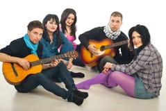 Vijf vrienden die gitaren samenkomen Stock Foto