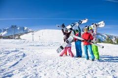 Vijf vrienden die snowboards en hemel samen houden Stock Afbeeldingen