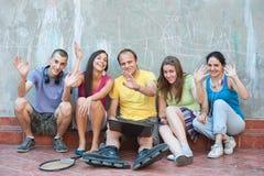 Vijf vrienden het golven Stock Foto's