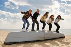 Vijf vrienden op de boot royalty-vrije stock fotografie