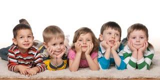 Vijf vrolijke kinderen stock afbeeldingen