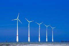 Vijf windmolens ia een rij in de winterlandschap Stock Foto's