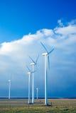 Vijf windturbines op blauw s royalty-vrije stock afbeeldingen