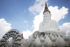 Vijf witte standbeelden die van Boedha goed groepering voor blauwe hemel zitten en prachtige aantrekkelijke spiegel verfraaien stock foto's