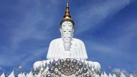 Vijf witte standbeelden die van Boedha goed groepering voor blauwe hemel zitten en prachtige aantrekkelijke spiegel verfraaien stock afbeeldingen