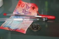 Vijfentwintig Zwitserse franken en pen dichte omhooggaand Royalty-vrije Stock Afbeelding