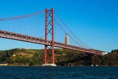 vijfentwintigste van de brug en Christus van April het Koningsstandbeeld Stock Foto's
