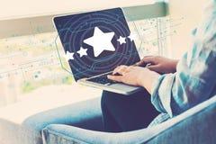 Vijfsterrenclassificatie met vrouw die laptop met behulp van royalty-vrije stock foto