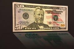 Vijftig dollars met bezinning 1.000 Russische roebels Royalty-vrije Stock Foto's