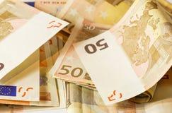 Vijftig euro bankbiljetten op witte houten achtergrond Royalty-vrije Stock Fotografie