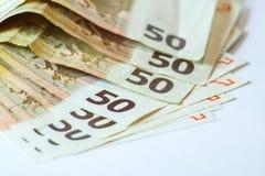 Vijftig euro bankbiljetten op witte houten achtergrond Royalty-vrije Stock Afbeeldingen