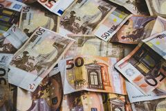 Vijftig euro die bankbiljetten op de vloer worden verspreid stock afbeeldingen