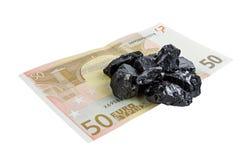 Vijftig euro goudklompjes van de bankbiljet whith ruwe steenkool Royalty-vrije Stock Afbeeldingen