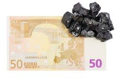 Vijftig euro goudklompjes van de bankbiljet whith ruwe steenkool op het Stock Foto