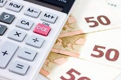 Vijftig euro rekeningen en een calculator Stock Foto