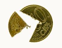 Vijftig Eurocentmuntstuk dat in stukken wordt gesneden Stock Foto's