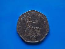 Vijftig Pence muntstuk, het Verenigd Koninkrijk over blauw Stock Foto