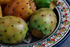 Vijgencactus of stekelige peer op een plaat, dichte mening Stock Fotografie